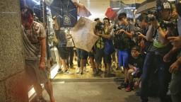 Hongkong patrí Číne, kričal ozbrojenec. Politikovi odhryzol ucho