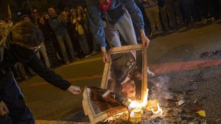 Pálili obrazy kráľa. Demonštranti narušili návštevu panovníka