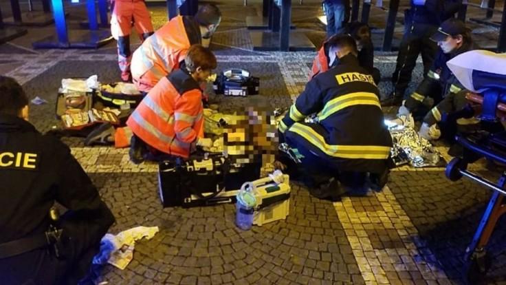 V Česku sa pred divadlom zapálil muž, horiaci naháňal deti
