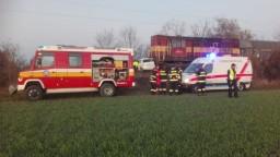 Na priecestí sa zrazil vlak s autom, po vodiča priletel vrtuľník