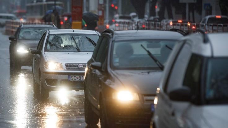 Dážď by mal ustať, hrozia však povodne. Týmto krajom sa vyhnú