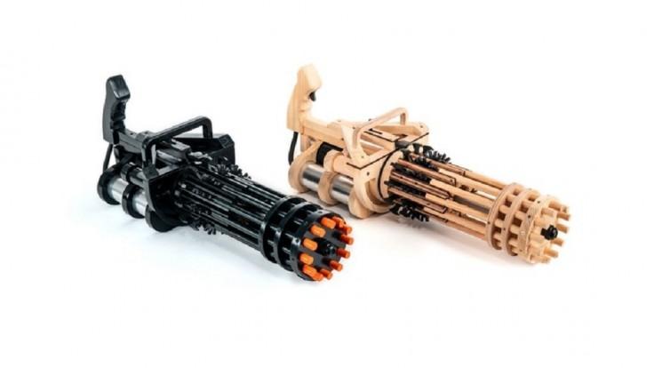Detský rotačný guľomet z dreva sa dá nabiť až 144 gumičkami
