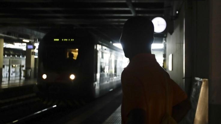 Muž vo vlaku dobodal ženu, ktorú poznal. Spacifikovali ho cestujúci