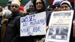 Áno kritike, nie nenávisti. Moslimovia vyšli do parížskych ulíc