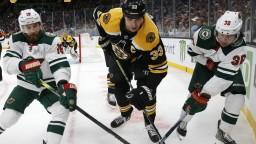 NHL: Chára prispel asistenciou k triumfu Bostonu, Halák nechytal
