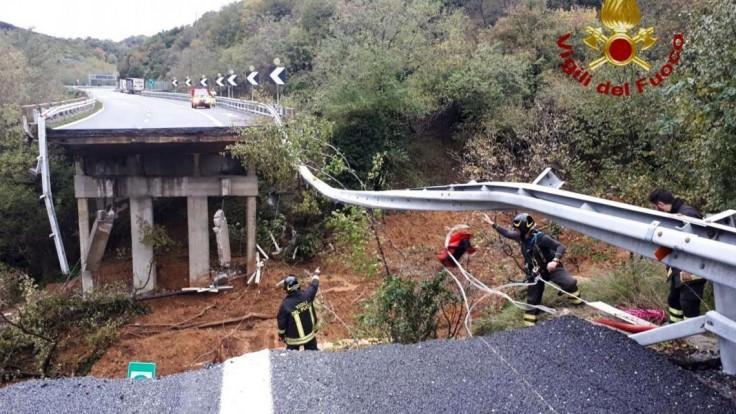 V Taliansku sa pre silné lejaky zrútila časť diaľničného viaduktu