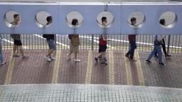 Peking v hongkonských voľbách pohorel, správkyňu opäť podporil