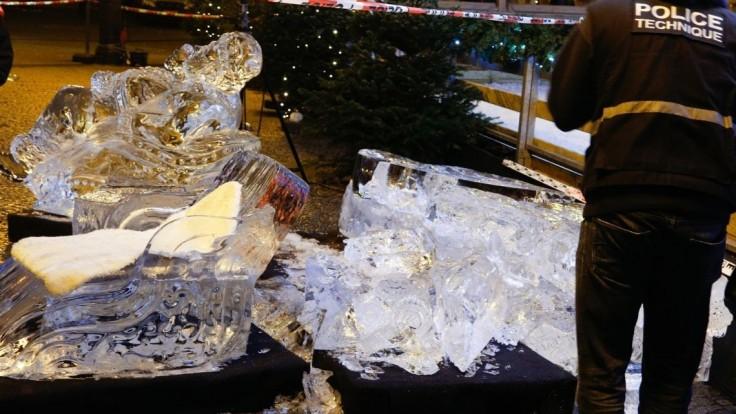 Na malého chlapca spadla socha z ľadu, zdobila vianočné trhy