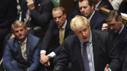 Johnsonova strana je favoritom volieb, labouristom šance pohasínajú