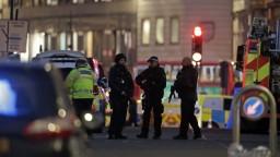 Útočníka z Londýna zastrelili. Mal na sebe atrapu výbušniny