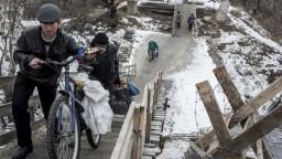 Most v Luhansku, ktorý zbombardovali, znova slúži. Prispela i SR