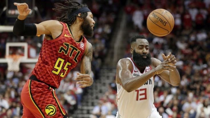 NBA: Harden dal 60 bodov pre Houston a vyrovnal Jordana