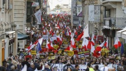Okamžite odstúpte, žiadali tisíce ľudí maltského premiéra