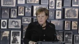 Merkelová navštívila Osvienčim, za Nemecko darovala milióny