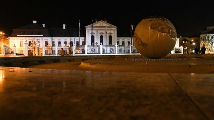 Prezidentský palác má nové osvetlenie. Dúhové farby boli len test