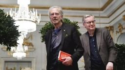 Odovzdanie Nobelovky chcú bojkotovať, spisovateľa kritizujú