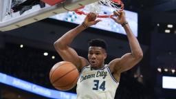 NBA: Milwaukee Bucks natiahli víťaznú sériu, Grék dal 32 bodov