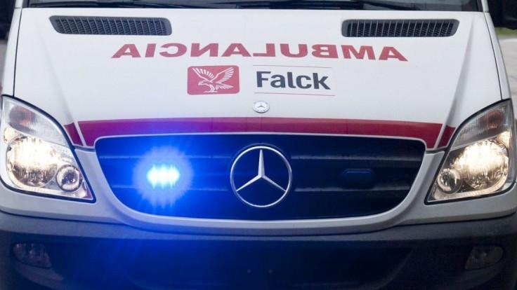 Mladíci na BMW napadli záchranárov, prekážalo im ich vozidlo
