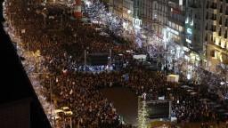 Protest v Prahe proti Babišovi začal minútou ticha za obete streľby