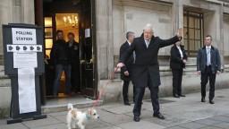 Británia si volila parlament, prvé odhady prajú strane premiéra