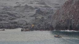 Pri veľmi riskantnej operácii hľadajú telá na sopečnom ostrove