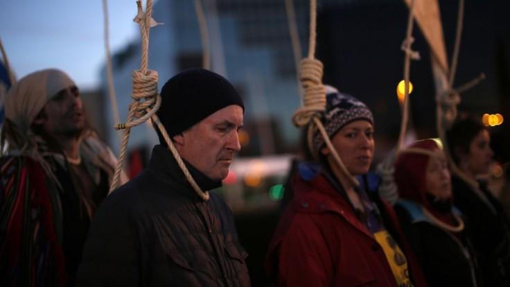 Aktivisti sú so summitom nespokojní, pred budovu vysypali hnoj