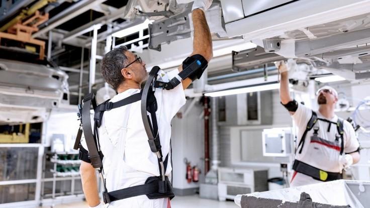 Audi testuje exoskeletony pre uľahčenie práce s rukami nad hlavou