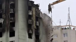 Demolačný stroj začal búrať zničenú bytovku, okolie evakuovali