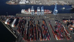 Amerika hrozí EÚ ďalšími clami, Čína clá pre USA odložila