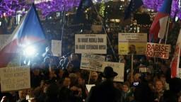 V Prahe protestovali proti Babišovi, ten zatiaľ rokoval so Zemanom