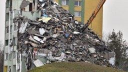Ľudia zo zničenej bytovky sa dostanú k veciam, ktoré zostali v sutinách
