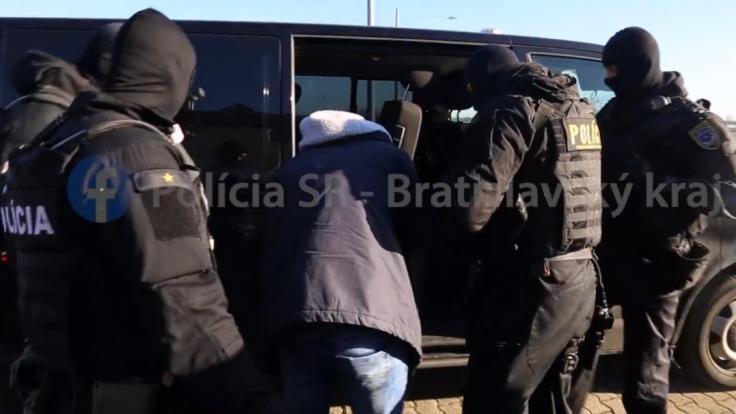 Srbov, ktorí mali zabiť na Námestí SNP krajana, zobrali do väzby