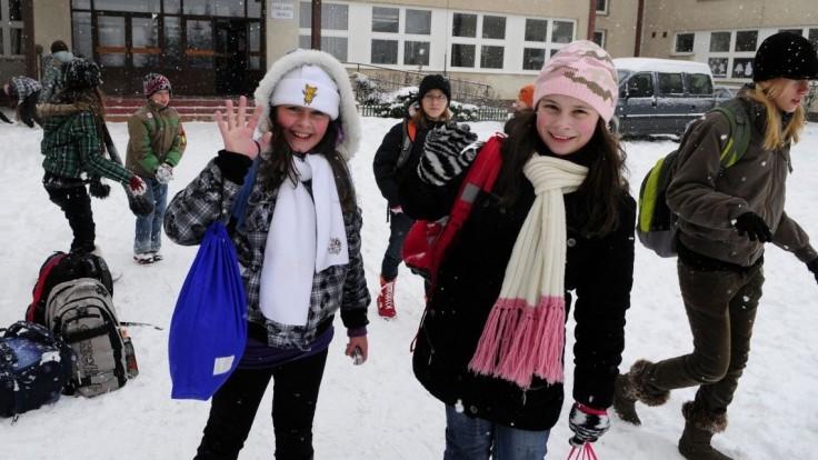Žiakov čakajú zimné prázdniny, do lavíc sa vrátia až v januári