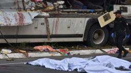 Po zrážke kamióna a autobusu hlásia mŕtvych, zahynuli aj deti
