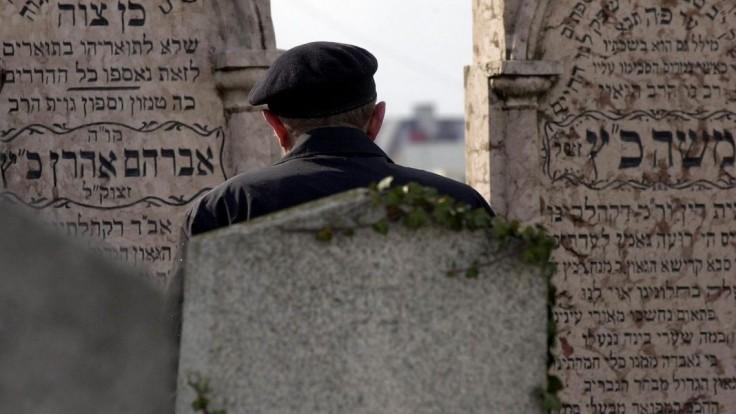 Neúcta voči mŕtvym. Vandali sa vyzúrili na židovskom cintoríne