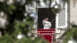 Pápež odslúži polnočnú omšu v Bazilike svätého Petra