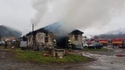 Autoservis zachvátil požiar, pod kontrolu ho dostali po troch hodinách