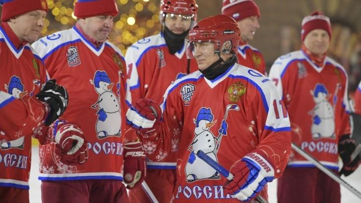 Putin si zahral hokej s bývalými hviezdami, jeho tím zvíťazil