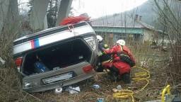 Hrozivá nehoda na Liptove. Auto s dvoma deťmi spadlo z mosta