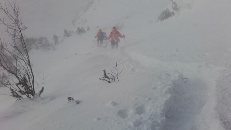 Turistom pomohli záchranári, uviazli v doline s malým dieťaťom