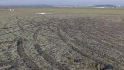 Letiskovú dráhu poškodili autá, páchateľov môžu odhaliť kamery