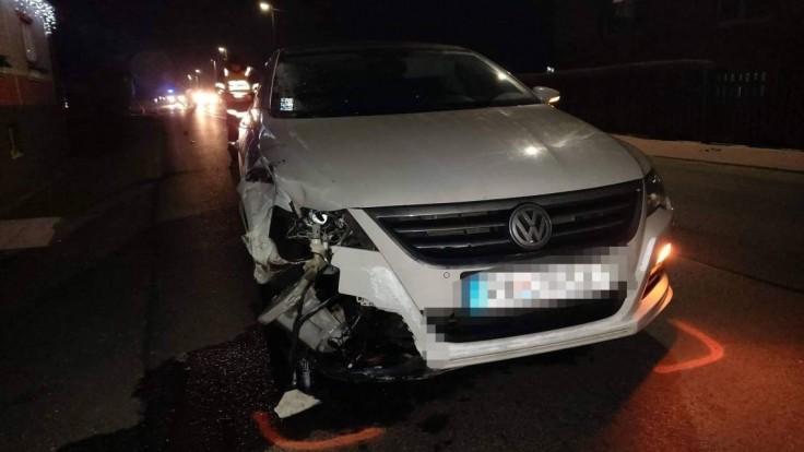 Tragický záver roka. Mladý vodič zrazil pri priechode dvojicu