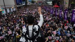 Ulicami Hongkongu sa valil miliónový dav, protest skončil násilím