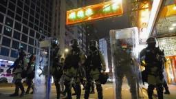 Použili neprimeranú silu, tvrdí AI po zásahu polície v Hongkongu