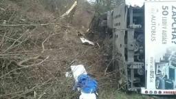Autobus havaroval a prevrátil sa, hlásia niekoľko zranených