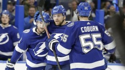 NHL: Černák prispel gólom k debaklu Canucks, Chára sa pobil