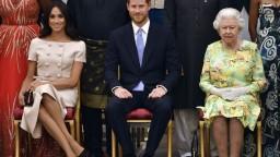 Britská kráľovná hľadá riešenie krízy okolo Harryho a Meghan