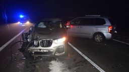 Muž zostal zakliesnený medzi autami, utrpel vážne zranenia