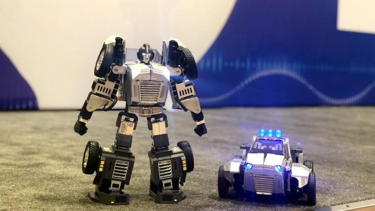Robot ovládaný hlasom sa môže premeniť na pretekárske autíčko