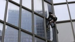 Pavúčí muž sa pridal k štrajkujúcim. Bez istenia zdolal mrakodrap